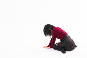 ショックで座り込む女性の写真