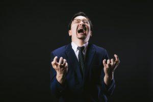 絶叫する男性の写真